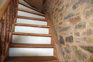 Alte Treppe mit neuen Stufen und in mit Lehm verfugtem Bruchstein.