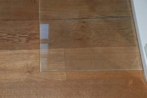 Massivholzdiele mit Glasplatte